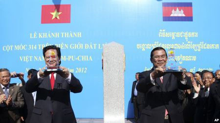 Viet Nam-Campuchia dong thoi xay dung hai cot moc bien gioi - Anh 1