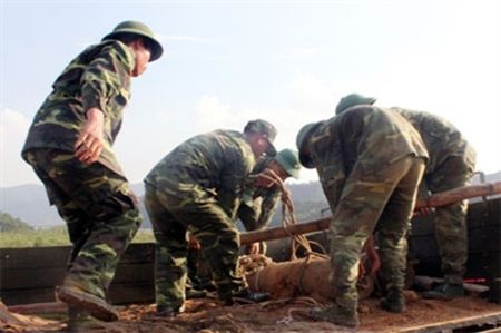 Quang Ninh: Xu ly an toan bom min, vat lieu no ton lai sau chien tranh - Anh 1