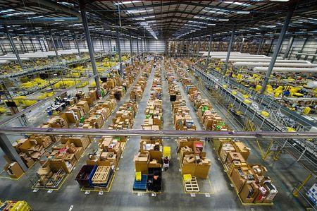 Kho hang khong lo cua Amazon truoc Black Friday - Anh 1