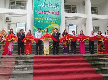 Khai mac trien lam anh 'Thai Nguyen xu Tra' - Anh 1