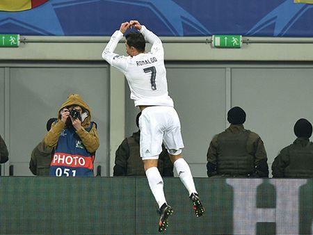 Doi hinh tieu bieu Champions League: Messi, Ronaldo va Suarez linh xuong hang cong - Anh 11