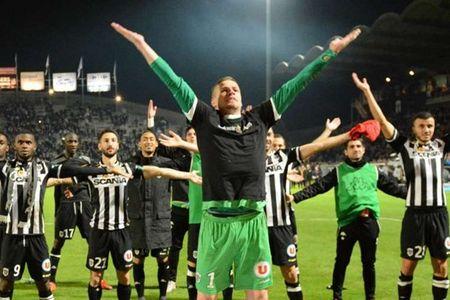 PSG be tac, Ligue 1 'tit ngoi' - Anh 1