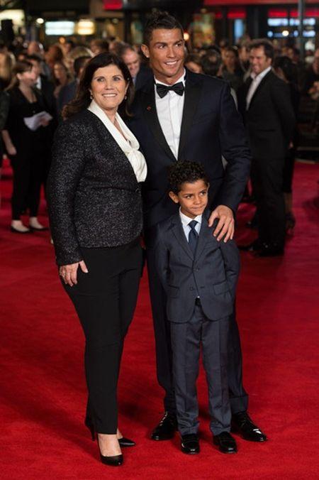 Me Ronaldo co xuy con trai ve M.U - Anh 1