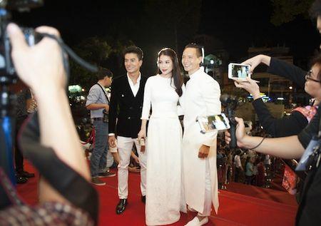 Truong Ngoc Anh, Kim Ly dien do doi gay 'nao loan' tham do - Anh 3