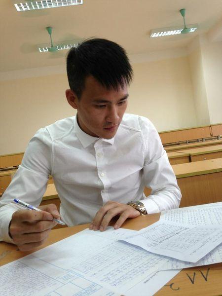 Cong Vinh cap sach di thi tai chuc - Anh 1