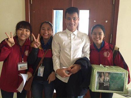 Cong Vinh cap sach di thi tai chuc - Anh 2