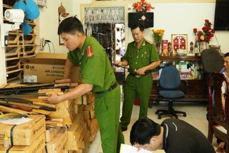"""Phat hien kho """"hang nong"""" tai tru so mot cong ty - Anh 1"""