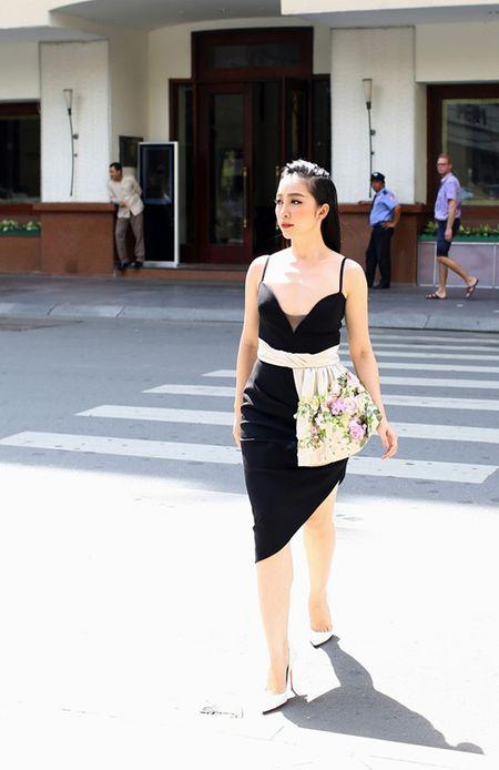 Linh Nga dien vay hai day di mua hang hieu du su kien - Anh 2