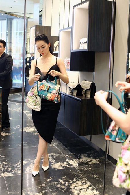Linh Nga dien vay hai day di mua hang hieu du su kien - Anh 5