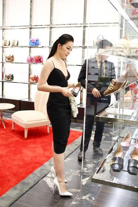 Linh Nga dien vay hai day di mua hang hieu du su kien - Anh 7