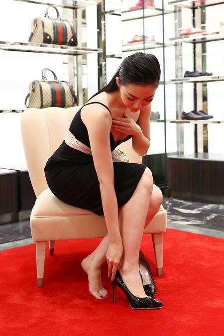 Linh Nga dien vay hai day di mua hang hieu du su kien - Anh 8