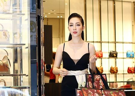 Linh Nga dien vay hai day di mua hang hieu du su kien - Anh 9