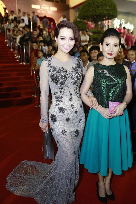 Ly Nha Ky long lay lan at dan my nhan tren tham do - Anh 8