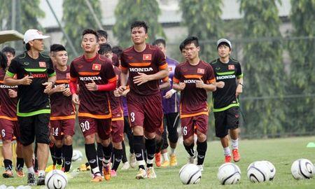 """HLV Miura cho Cong Phuong, Tuan Tai lam """"binh voi"""" trong buoi tap - Anh 1"""