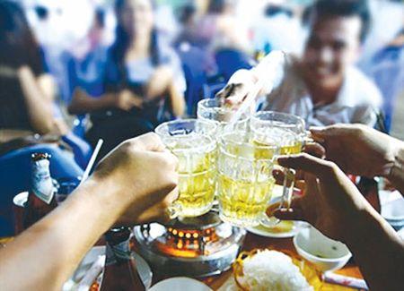 Dan ong Viet uong ruou bia gap 4 lan binh quan cua the gioi - Anh 1