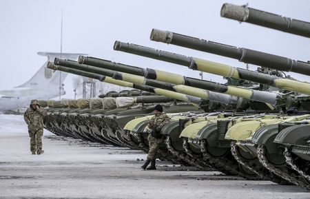 Ukraina bi to o at trien khai xe tang, ten lua toi mien dong - Anh 1