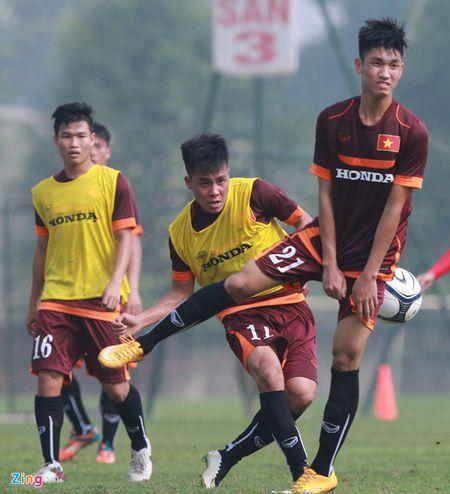 Doi truong U19 bo do buoi tap cung U23 Viet Nam - Anh 1