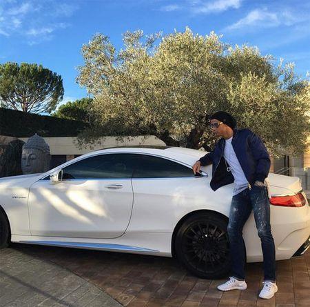 Theo chan sao: Ronaldo sanh dieu tao dang ben xe sang - Anh 1