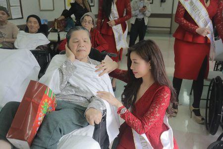 Hoa hau Lam Cuc dep rang ngoi ben A hau Phuong Le trong dem hoi ngo - Anh 2