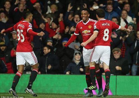 Man United 3-0 Stoke City: Quy do tro lai - Anh 4