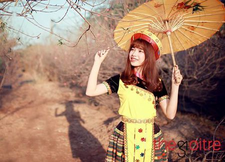 Co gai 'Mong' xinh nhu hot girl giua rung hoa Ha Noi - Anh 1