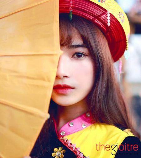 Co gai 'Mong' xinh nhu hot girl giua rung hoa Ha Noi - Anh 2