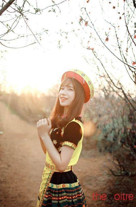 Co gai 'Mong' xinh nhu hot girl giua rung hoa Ha Noi - Anh 3