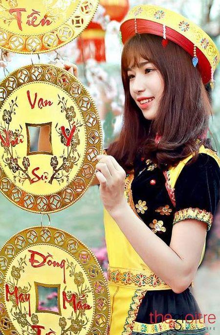 Co gai 'Mong' xinh nhu hot girl giua rung hoa Ha Noi - Anh 4