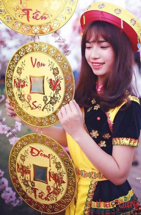 Co gai 'Mong' xinh nhu hot girl giua rung hoa Ha Noi - Anh 5