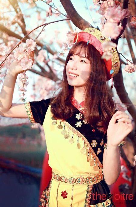 Co gai 'Mong' xinh nhu hot girl giua rung hoa Ha Noi - Anh 7