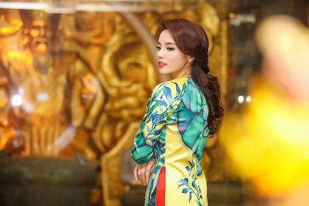 Hoa hau Ky Duyen, Ngoc Han cham chut cho nhau trong su kien - Anh 2