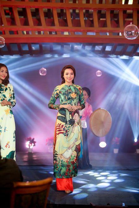 Hoa hau Ky Duyen, Ngoc Han cham chut cho nhau trong su kien - Anh 3