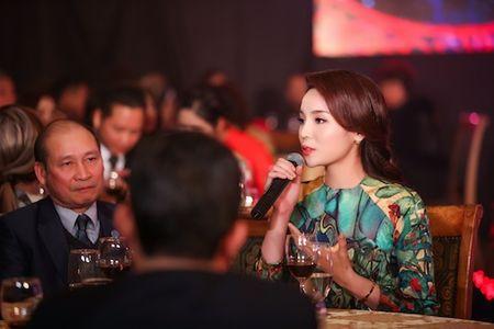 Hoa hau Ky Duyen, Ngoc Han cham chut cho nhau trong su kien - Anh 4