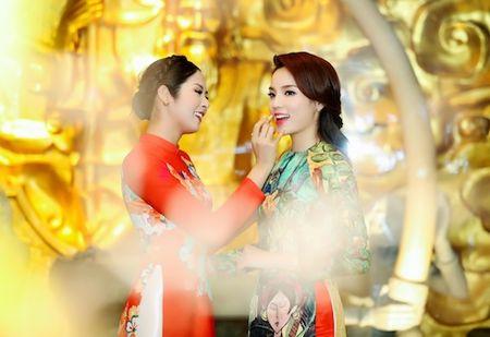 Hoa hau Ky Duyen, Ngoc Han cham chut cho nhau trong su kien - Anh 5