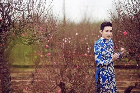 Quang Ha mac ao dai dung giua vuon dao ret lanh chup anh Tet - Anh 1