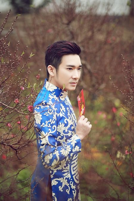 Quang Ha mac ao dai dung giua vuon dao ret lanh chup anh Tet - Anh 2