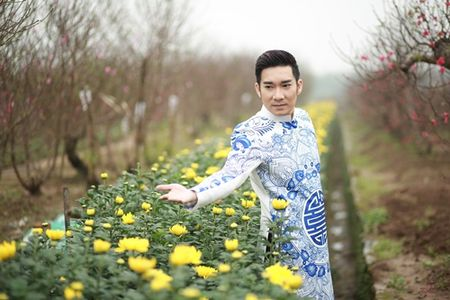 Quang Ha mac ao dai dung giua vuon dao ret lanh chup anh Tet - Anh 3
