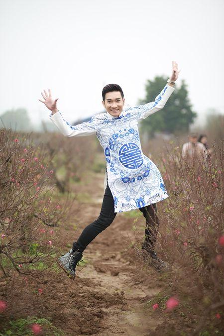 Quang Ha mac ao dai dung giua vuon dao ret lanh chup anh Tet - Anh 4