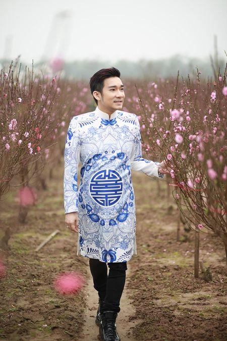 Quang Ha mac ao dai dung giua vuon dao ret lanh chup anh Tet - Anh 5