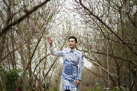 Quang Ha mac ao dai dung giua vuon dao ret lanh chup anh Tet - Anh 6