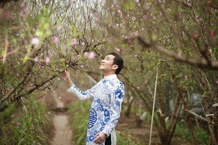 Quang Ha mac ao dai dung giua vuon dao ret lanh chup anh Tet - Anh 7