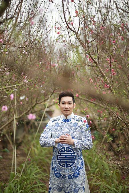 Quang Ha mac ao dai dung giua vuon dao ret lanh chup anh Tet - Anh 8