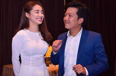 Showbiz 3/2: Tran Thanh - Hari Won hon nhau, Ha Ho lam tu thien - Anh 2