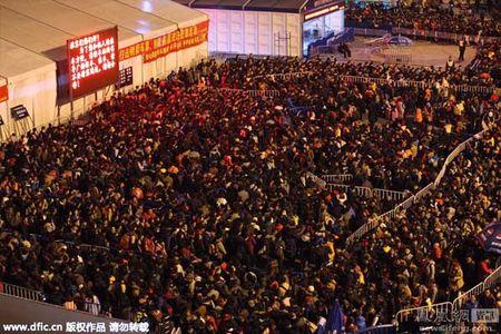 Hai hung canh 10.000 nguoi chen lan cho xe ve que an Tet - Anh 9