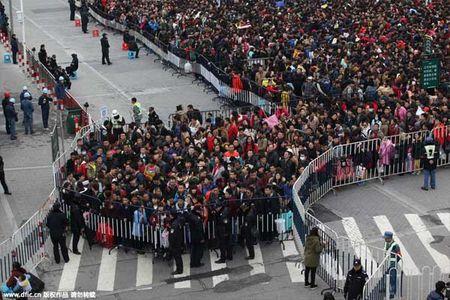 Hai hung canh 10.000 nguoi chen lan cho xe ve que an Tet - Anh 3