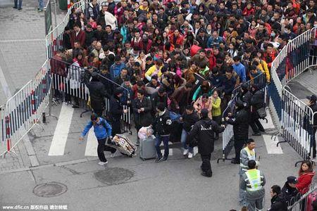 Hai hung canh 10.000 nguoi chen lan cho xe ve que an Tet - Anh 4