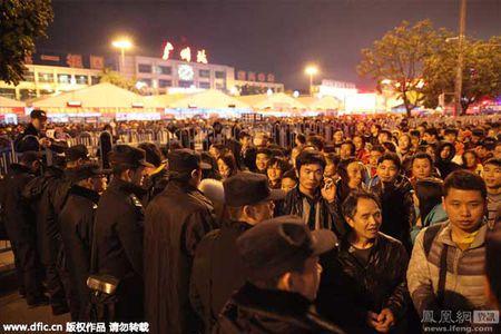 Hai hung canh 10.000 nguoi chen lan cho xe ve que an Tet - Anh 8