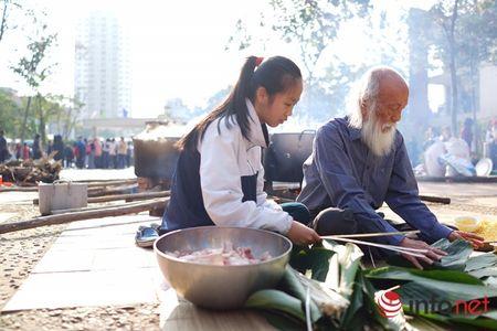 Hoc sinh Luong The Vinh hao hung goi banh chung lam tu thien - Anh 1