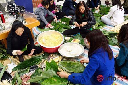 Hoc sinh Luong The Vinh hao hung goi banh chung lam tu thien - Anh 3