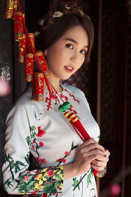 My nhan Viet e ap voi ao dai hoa tiet ngap tran sac Xuan - Anh 11